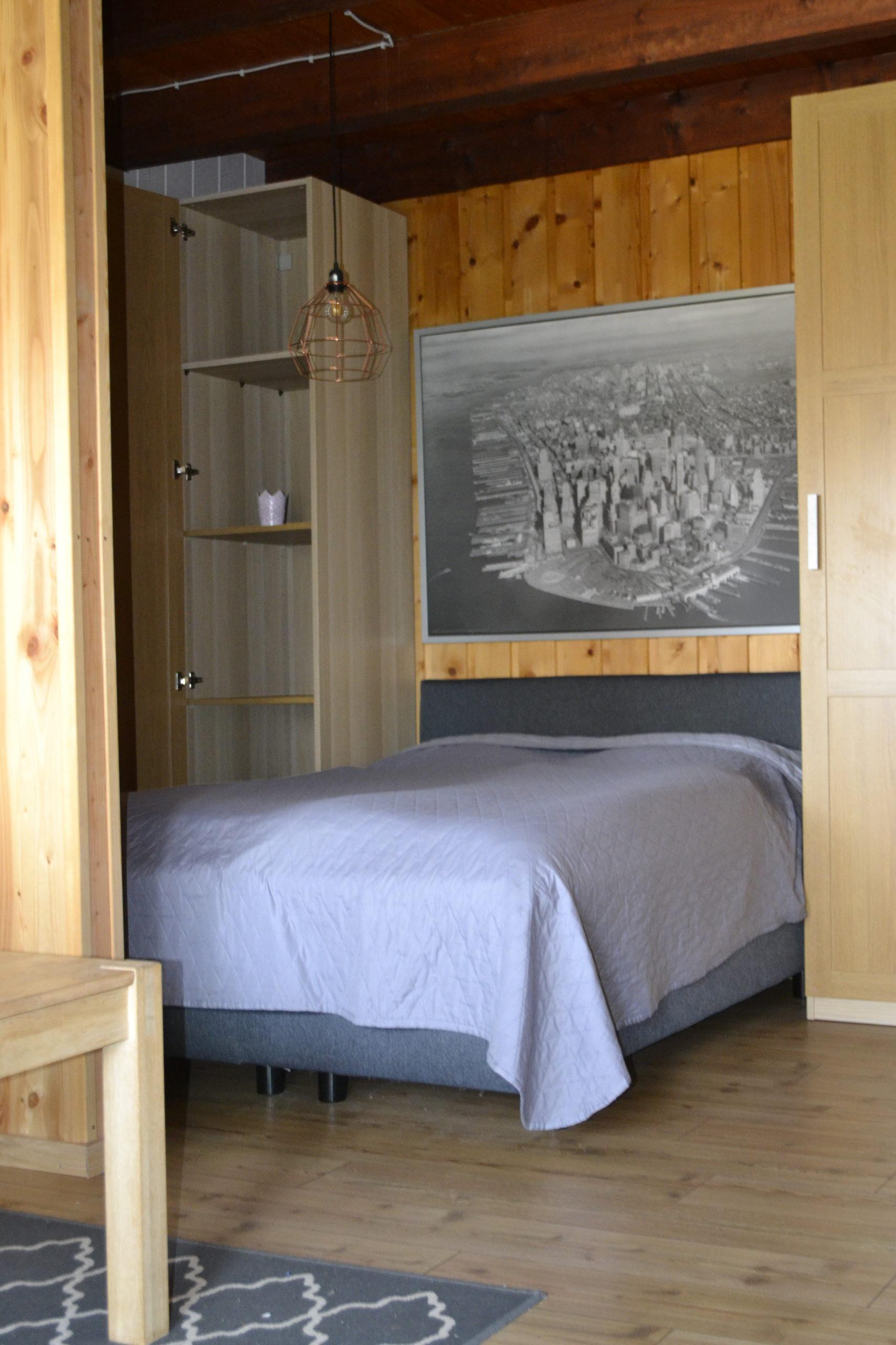 Der integrierte Schlafbereich mit 1,40m breitem Bett + Schrankfläche