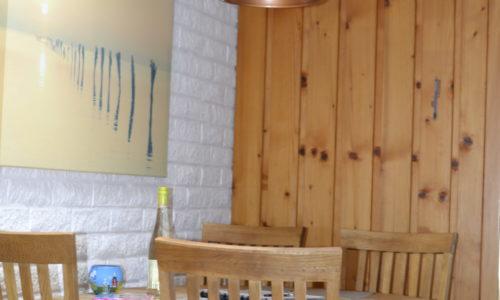 Die Essecke ist mit der Küche verbunden.